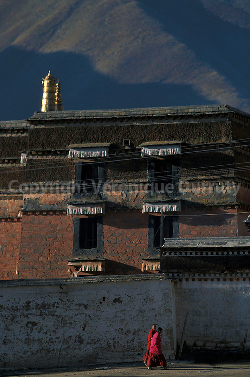 TEMPLE BOUDDHISTE DANS LE VILLAGE TIBETAIN DE XIAHE, GANSU, CHINE