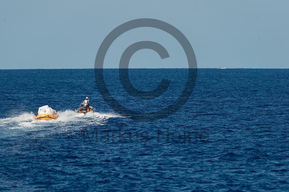 Ein RIB (Schlauchboot) faehrt am 22.09.2016 vor dem Fluechtlingsrettungsboot Sea-Watch 2 in internationalen Gewaessern vor der libyschen Kueste in Richtung eines Schlauchbootes mit Fluechtlingen. Foto: Markus Heine / heineimaging<br /> <br /> ------------------------------<br /> <br /> Veroeffentlichung nur mit Fotografennennung, sowie gegen Honorar und Belegexemplar.<br /> <br /> Publication only with photographers nomination and against payment and specimen copy.<br /> <br /> Bankverbindung:<br /> IBAN: DE65660908000004437497<br /> BIC CODE: GENODE61BBB<br /> Badische Beamten Bank Karlsruhe<br /> <br /> USt-IdNr: DE291853306<br /> <br /> Please note:<br /> All rights reserved! Don't publish without copyright!<br /> <br /> Stand: 09.2016<br /> <br /> ------------------------------