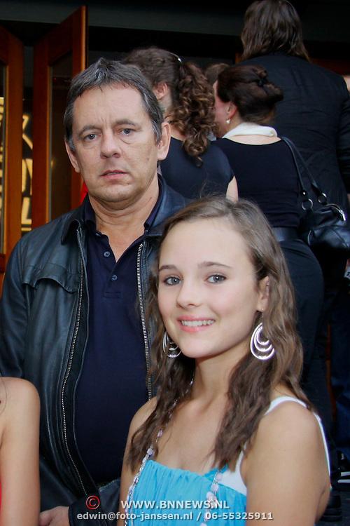 NLD/Amsterdam/20100816 - Inloop filmpremiere Sterke Verhalen, Dick Maas met dochter Geena en vriendinnetje