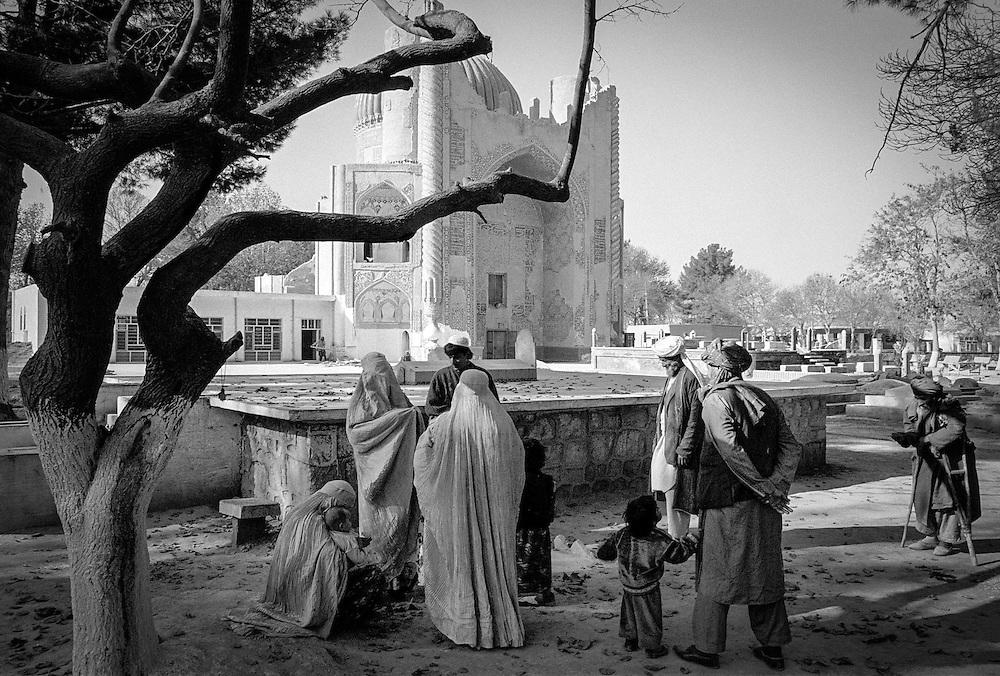 AFGHANISTAN: North near Mazar-i-Sharif; BALKH; street scene in front of a mosque; im Norden des Landes,in der Stadt.BALKH: Stra?enszene vor der Moschee - Frauen, Kinder und alte Maenner beim Betteln....08.12.1996; ©  christian  JUNGEBLODT.