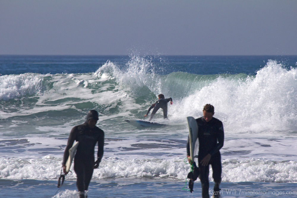 USA, California, San Diego. Surfers at Cardiff by the Sea.