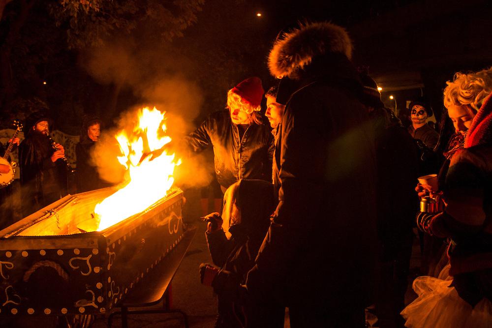 Les Beaux-Morts du Fjord sont en feu, Sous le viaduc Van Horne à l'angle de Saint-Laurent, Samedi le 17 octobre 2015