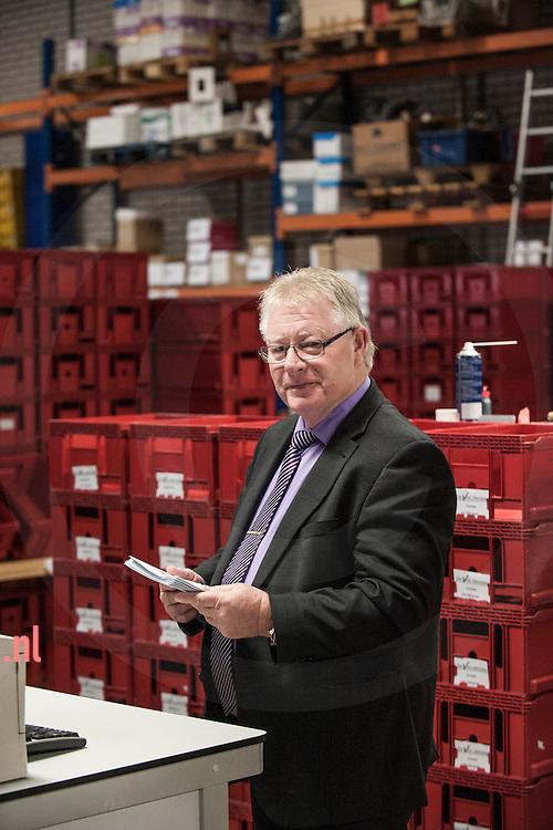 enschede, 29okt2013 Paul Agterbosch - Commercieel directeur 'De Vos ' Diensten in de sorteerstraat van het bedrijf foto: Cees Elzenga - hetoog.nl