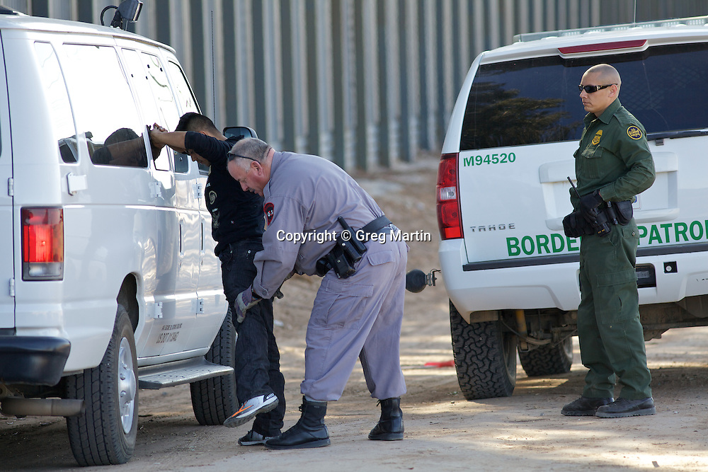 Illegal Immigration  >> Illegal entry arrest at the US-Mexican border at Calexico ...