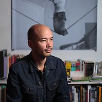 Yoyo Gonthier, artiste photographe plasticien chez lui.