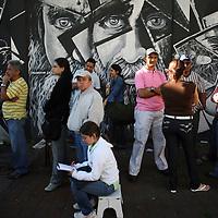 Venezolanos hacen cola para votar en el referendo consultivo sobre la reforma constitucional propuesta por el presidente venezolano, Hugo Chávez hoy, domingo 2 de diciembre, en Caracas (Venezuela). (ivan gonzalez)