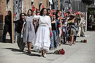 """Nel piazzale delcarcere di Volterra, lo spettacolo coi detenuti attori della compania della Fortezza. Tratto da """"Romeo e Giulietta - Mercuzio non vuole morire"""" di W. Shakespeare, regia Armando Punzo. Il pubblico viene spesso coinvolto durante lo spettacolo"""
