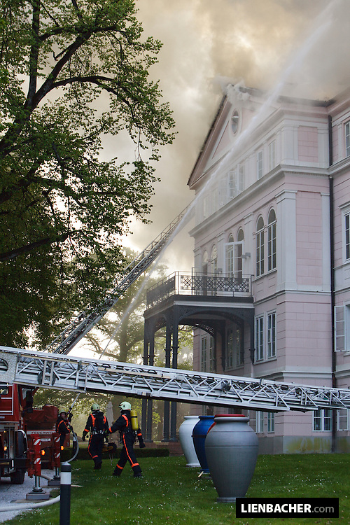 Salzburg: Im Dachstuhl des Schloss Arenberg ist ein Brand aufgebrochen. Die  Feuerwehr bekämpfte mittels Drehleitern von außen den Brand im Dachstuhl. Das Dach musste aufgeschnitten werden, um das Feuer löschen zu können. Foto: Wolfgang Lienbacher