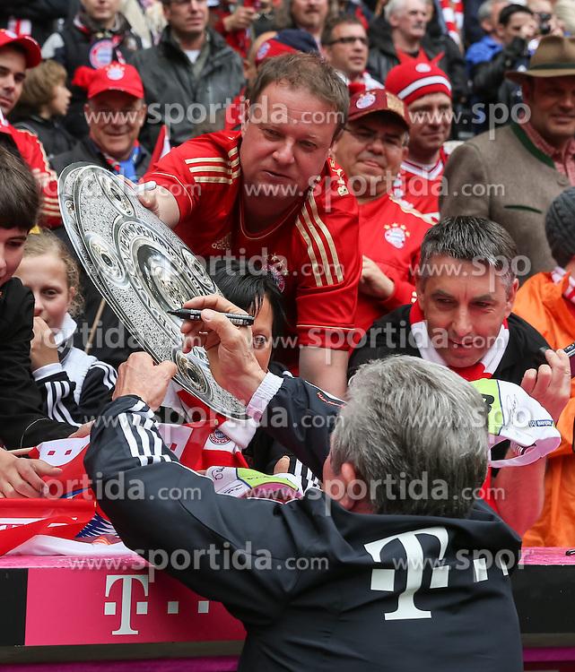 11.05.2013, Allianz Arena, Muenchen, GER, 1. FBL, FC Bayern Muenchen vs FC Augsburg, 33. Runde, im Bild Jupp HEYNCKES (Trainer FC Bayern Muenchen) gibt Autogramme auf die Meisterschale // during the German Bundesliga 33 th round match between FC Bayern Munich and FC Augsburg at the Allianz Arena, Munich, Germany on 2013/05/11. EXPA Pictures © 2013, PhotoCredit: EXPA/ Eibner/ Klaus Rainer Krieger..***** ATTENTION - OUT OF GER *****