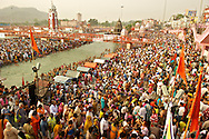 Hundred of thousand of pilgrims converge at the gaths. The main Har-Ki-Pauri gath is overcrowded at dawn, on the most auspicious bathing dates.