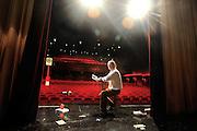 Für einen Schauspieler ist die Bühne &bdquo;ein<br /> heiliger Raum&ldquo;, sagt der 62-J&auml;hrige, als er die<br /> Bretter des Ernst Deutsch Theaters betritt.<br /> Die Suche danach, was die Welt im Innersten<br /> zusammenh&auml;lt, führt Jan Sjoerds zur Literatur,<br /> in H&ouml;rs&auml;le und fremde St&auml;dte.<br /> Er wurde in Valkenburg nahe Maastricht<br /> geboren, wuchs dort mit drei Geschwistern<br /> auf. &bdquo;Schon als Kind wechselten meine Gefühle<br /> stark&ldquo;, sagt Jan Sjoerds und lacht. &bdquo;Die<br /> Erwachsenen sagten gerne: Jantche weint,<br /> Jantche lacht.&ldquo;<br /> Mit 16 Jahren sah er im Theater &bdquo;Aufzeichnungen<br /> eines Wahnsinnigen&ldquo; von Gogol<br /> und war von der Aufführung über einen<br /> Mann, der immer mehr den Bezug zur Realit&auml;t<br /> verliert, so fasziniert, dass er wusste: &bdquo;Ich will<br /> Schauspieler werden.&ldquo;<br /> Mit 20 Jahren verlie&szlig; er Holland, sprach<br /> in Wien am berühmten Max Reinhardt Seminar<br /> vor und wurde sofort genommen. Danach<br /> trat er an Bühnen wie dem Theater Bremen<br /> auf. Immer dabei: die Bücher, die ihm am Herzen<br /> liegen, wie Kleists Gedichte und das &bdquo;Tao te<br /> king&ldquo; von Lao Tse.<br /> Weil er sich für Philosophie interessiert,<br /> studierte er einige Semester lang in Hamburg.<br /> Zwischendurch war er Tai-Chi-Lehrer, lief 15<br /> Marathons und wurde Vater von zwei Kindern<br /> und Gro&szlig;vater von zwei Enkelkindern.<br /> Mit der Lee-Strasberg-Methode entdeckte<br /> er die Schauspielerei noch einmal neu. Beim<br /> sogenannten Method Acting, das aus den eigenen<br /> Erfahrungen und Gefühlen sch&ouml;pft, setzen<br /> sich die Schauspieler gerne auf einen Stuhl, um<br /> sich auf die Rolle zu fokussieren. Auf Kampnagel<br /> gab er selbst Kurse für Schauspieler. Anfang<br /> 2004 stand er zum letzten Mal auf der Bühne.<br /> Er ging der Liebe wegen nach München,<br /> bekam dort keine Engagements und wollte<br /> ei
