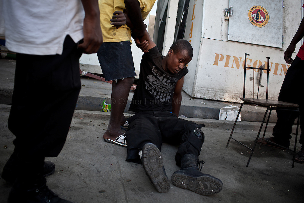 Martelly's supporters demonstrate, in the streets of Port-au-Prince, to protest against the results of the presidential elections and the defeat of their leader, Michel Martelly. /// A passer by is injured by a plastic bullet shot by Minustah's soldiers.