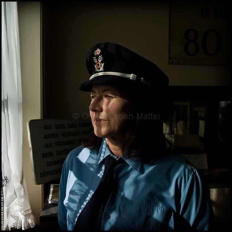 Le 23 octobre 2011, frontière Belgique / France, village de Poperinge (B), RN38. Portrait de Patty (déguisée en douanière belge pour les touristes), la propriétaire de l'ancien poste frontière belge de Poperinge transformé en bar-hôtel-musée.