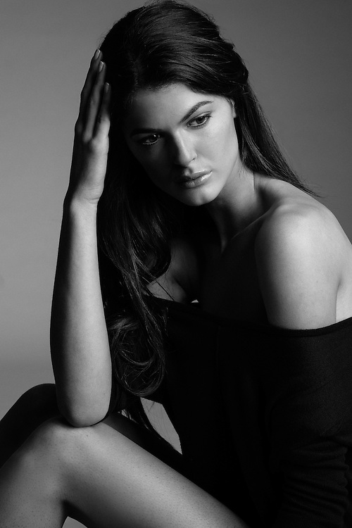 Chloe Gelmi posing as Angelina Jolie