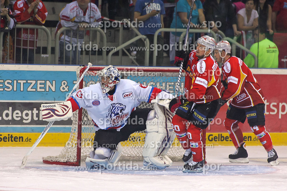 23.09.2011, ISS Dome, Düsseldorf, GER, DEL, 6. Spieltag,DEG vs. Thomas Sabo Ice Tigers, im Bild Patrick Ehelechner (Thomas Sabo Ice Tigers #25) hat viel zu tun und Connor James (Düsseldorf #20) und Jeff Ulmer (Düsseldorf #44) stoeren....// during the DEL match day 6, DEG vs.  Thomas Sabo Ice Tigers on 2011/10/01, ISS Dome, Duesseldorf, Germany. EXPA Pictures © 2011, PhotoCredit: EXPA/ nph/  Herbst*** Local Caption ***       ****** out of GER / CRO  / BEL ******
