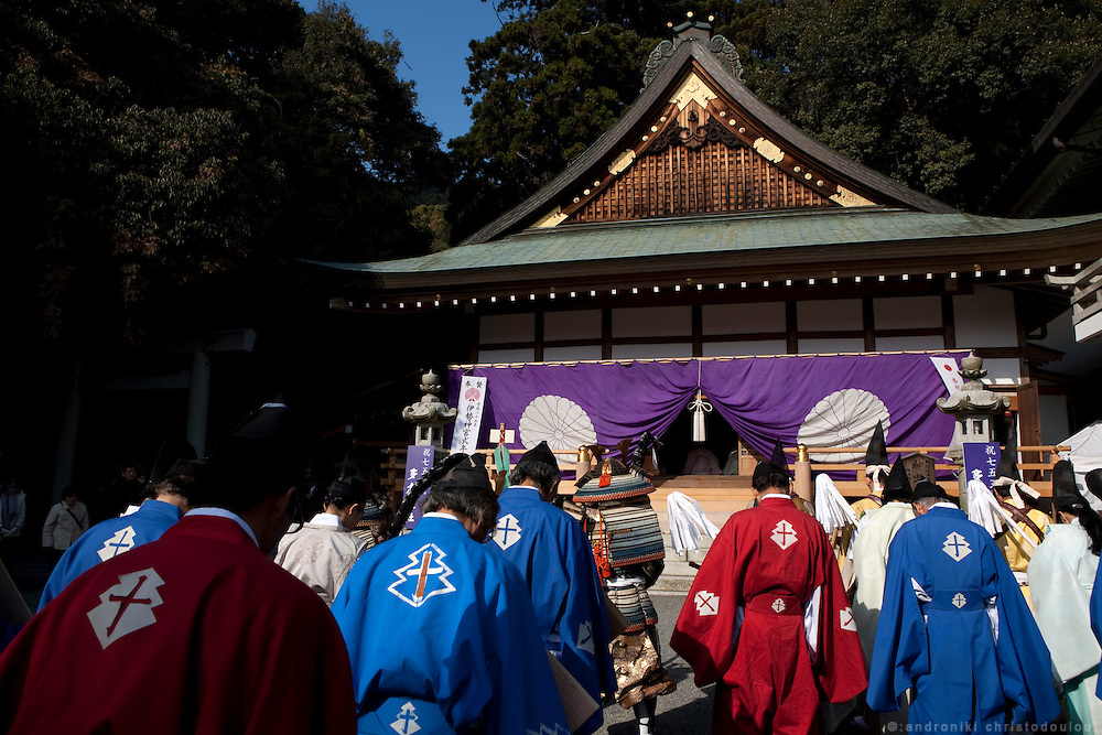 The archers of the Ogasawara school, in front of Tado shrine, before the beginning of the Yabusame ritual.