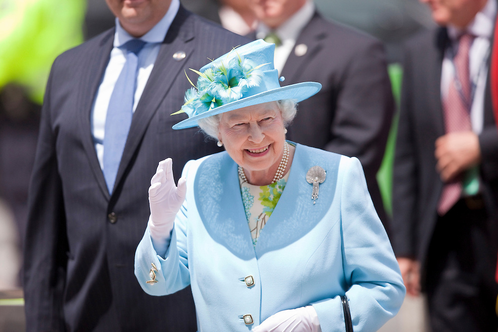 Queen Elizabeth waves as she arrives at the Canadian Museum of Nature in Ottawa, Canada, June 30, 2010. The Queen is on a 9 day visit to Canada. <br /> AFP/GEOFF ROBINS/STR