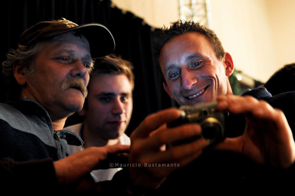 """Kleine Puzzleteile großen Glücks, die Artur als.Erinnerungen in seinem Herzen und in Hunderten.Bildern auf seiner Digitalkamera - extra.vom Gesparten gekauft - mit sich trägt..,,Da war ich kein Obdachloser, kein Arbeitsloser..Ich war wichtig. Das war ich noch.nie"""", sagt Artur..Arthur beim Weihnacht feier im Kulturbühne Bugenhagen in Hamburg"""