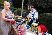 Rommelmarkt in de Boomgaardlaan tijdens het buurtfeest 'Vredig Ondiep' in de Utrechtse volkswijk Ondiep<br /> <br /> Garage selling during a street party in Utrecht