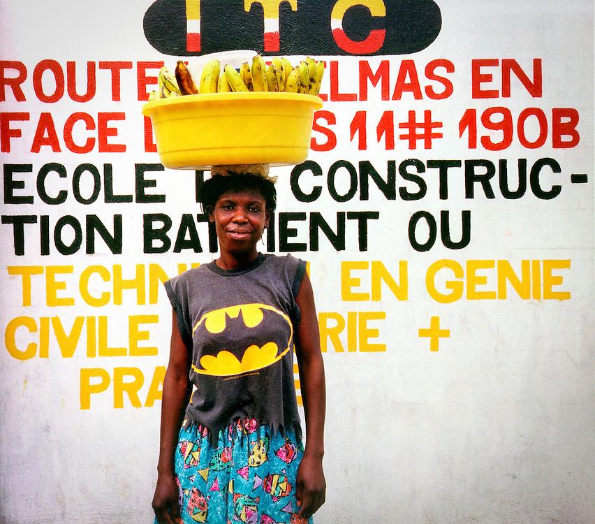 «Batman», femme se rendant au marché, centre-ville de Port-au-Prince, 2000