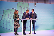 THE HAGUE - Edith Schippers, Minister of Health, Welfare and Sport, King Willem-Alexander and Lodewijk Asscher, Minister of Social Affairs and Employment, during the reopening of the building The Resident, which the Ministry of Health, Welfare and Sport and the Ministry of Social Affairs and Employment are located. COPYRIGHT ROBIN UTRECHT DEN HAAG - Edith Schippers, minister van Volksgezondheid, Welzijn en Sport, Koning Willem-Alexander en Lodewijk Asscher, minister van Sociale Zaken en Werkgelegenheid, tijdens de heropening van het gebouw De Resident, waarin het ministerie van Volksgezondheid, Welzijn en Sport en het ministerie van Sociale Zaken en Werkgelegenheid zijn gevestigd. COPYIGHT ROBIN UTRECHT