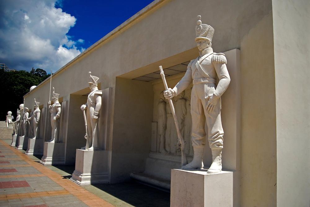 El Paseo de los Pr&oacute;ceres es un monumento venezolano que se encuentra cerca del Fuerte Tiuna en Caracas, Venezuela. En La Academia Militar de Venezuela la cual es el Instituto m&aacute;s antiguo de formaci&oacute;n de Oficiales en Am&eacute;rica del Sur, ubicada en Caracas y fundada en 1810, en &eacute;ste se encuentran estatuas de los pr&oacute;ceres de la Independencia de Venezuela, adem&aacute;s de fuentes, escaleras, calzadas y muros. El Paseo Los Proceres pertenece al patrimonio historico de caracas, fue una creaci&oacute;n del arquitecto Luis Maulassena en homenaje a lucha de aquellos h&eacute;roes por la Independencia de Venezuela.  Caracas 14 de septiembre del 2008.<br /> Photography by Aaron Sosa<br /> Caracas, Venezuela 2008<br /> (Copyright &copy; Aaron Sosa)