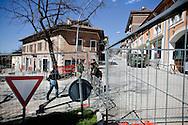 L'AQUILA. I MILITARI DELL'ESERCITO ITALIANO SORVEGLIANO L'ENTRATA DELLA ZONA ROSSA DE L'AQUILA