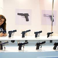 Waffenmesse IDEX in Abu Dhabi. ABU DHABI, EMIRAT ABU DHABI, VEREINIGTE ARABISCHE EMIRATE. Die Idex ist eine der weltweit groeßten Waffenmessen. Hochrangige Vertreter aus Politik, Militär und Wirtschaft kommen hier ins Geschaeft. 21.02.2013, RAW vorhanden - Martin von den Driesch / VISUM