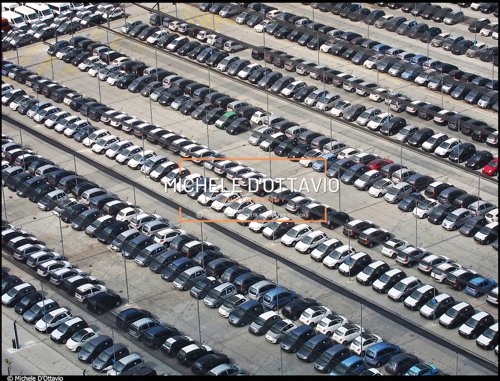 Torino FIAT MIRAFIORI auto nei piazzali intorno allo stabilimento in attesa della vendita