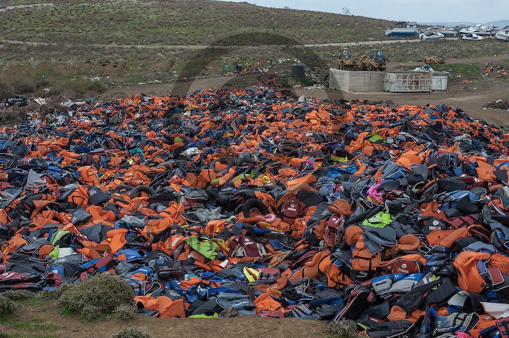 Berge von Schwimmwesten liegen am 27.02.2016 in der Naehe von Molivos, Griechenland auf einer Muelldeponie. <br /> <br /> Heaps of lifejackets are lying on 27.2.2016 in the vicinity of Molyvos, Greece on a garbage dump.