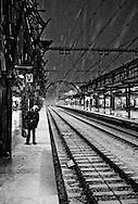 een reizigster wacht op een vertraagde trein op station ns in utrecht