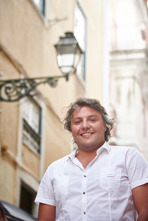 Lisboa, 09/07/2016 - O ator C&eacute;sar Mour&atilde;o fala sobre o seu percurso e sobre a sua participa&ccedil;&atilde;o como protagonista principal na vers&atilde;o contempor&acirc;nea do filme &quot;A Can&ccedil;&atilde;o de Lisboa&quot; com estreia nacional agendada para 14 de Julho.<br /> (Paulo Alexandrino / Global Imagens)