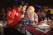USA Nordamerika Memphis Tennessee Images of the King Contest ..About 70 international Elvis inpersonators perform 5 nights at the annual Images of the King Contest in Memphis Tennessee the audience is mostly female German contestant Oliver Steinhoff during his show at the semi finals..Elvis Wettbewerb 2006 jedes Jahr im August singen ca  70 internationale Elvis Interpreten 5 Tage lang in Memphis um die Wette Das Publikum besteht vorwiegend aus Frauen der deutsche Teilnehmer Oliver Steinhoff waehrend seines Auftrittes im Halbfinale.