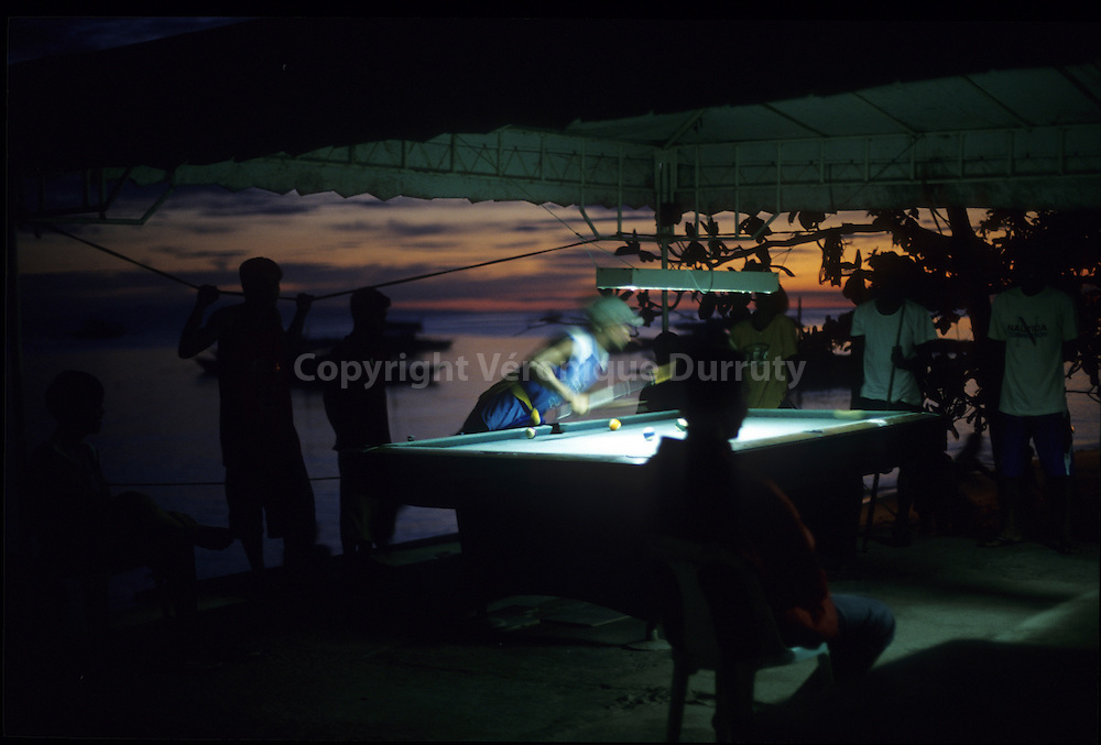 YOUNG MAN PLAYING BILLIARDS, ALONA BEACH, PANGLAO, BOHOL ISLAND, THE VISAYAS, THE PHILIPPINES