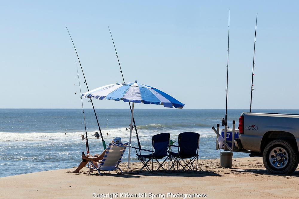 NC00748-00...NORTH CAROLINA - Fishing the Atlantic Ocean in Cape Hatteras National Seashore.