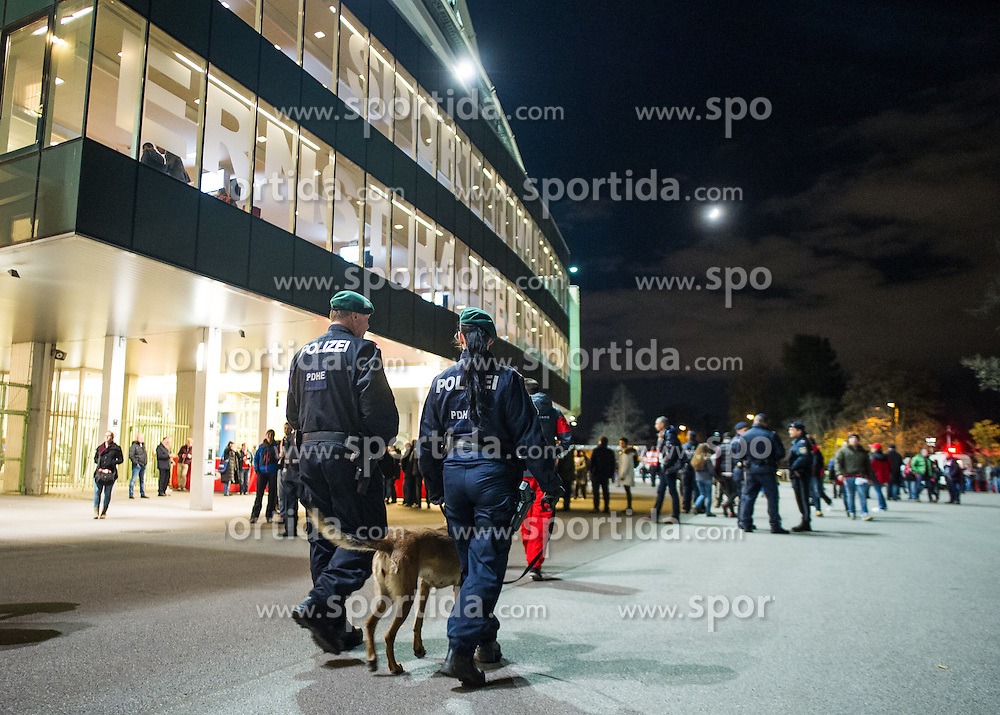 17.11.2015, Ernst Happel Stadion, Wien, AUT, Testspiel, Österreich vs Schweiz, im Bild Polizeibeamte mit Suchhund kurz vor Spielbeginn // Police officers with detector dog shortly before the game during the International Friendly Football Match between Austria and Switzerland at the Ernst Happel Stadion in Wien, Austria on 2015/11/17. EXPA Pictures © 2015, PhotoCredit: EXPA/ Michael Gruber