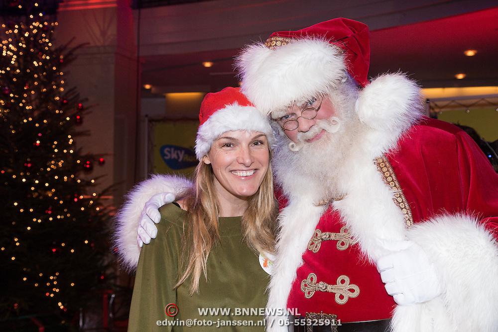 NLD/Hilversum /20131210 - Sky Radio Christmas Tree For Charity 2013, Lucille Werner met de kerstman