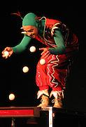 """Michael Korthaus jongliert als """"Supermiko"""" virtuos mit mehreren Baellen auf der Kulturellen Lachparade im niedersaechsischen Waddeweitz."""